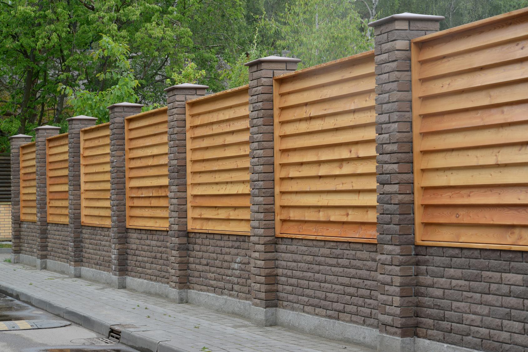 Mur de clôture en brique et bois