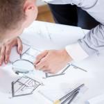 Architecte travaillant sur les plans d'une maison