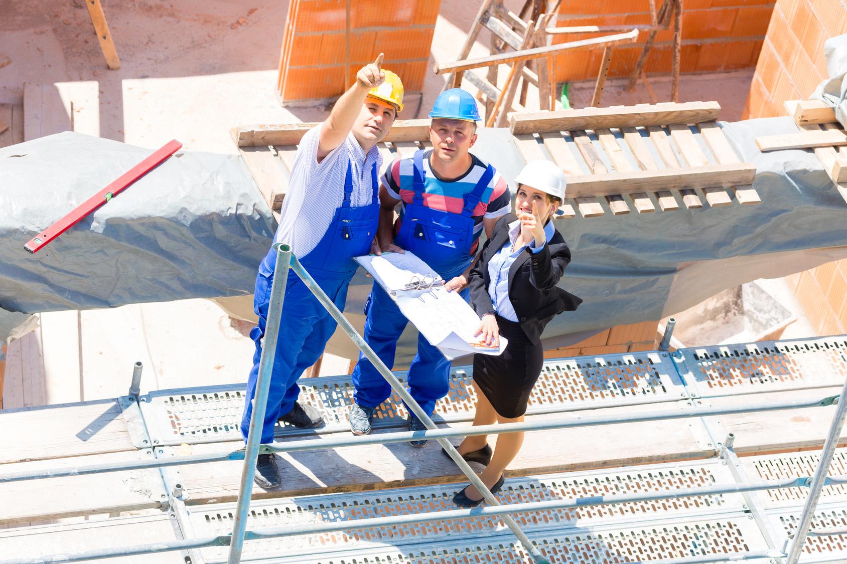 Constructeurs de maison sur un chantier