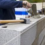 Artisan construisant un mur