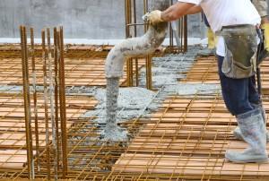 Artisan coulant un plancher en béton