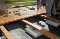 Artisan construisant terrasse bois