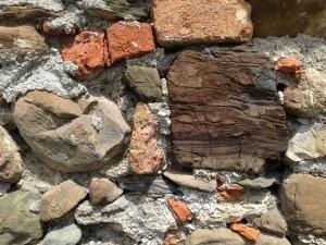 Mur briques pierres.