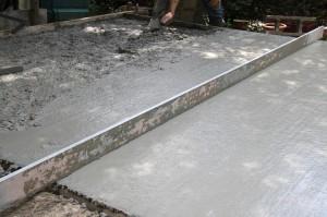 Artisan réalisant chape ciment